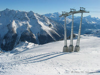 moderne Masten der Hockenhornbahn in hochalpiner Umgebung