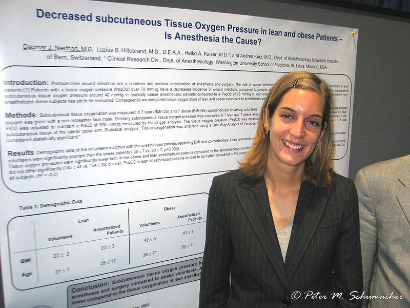 Dagmar Niedhart vor ihrem Poster