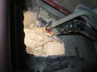 warum diese Heizungsrohre durch den Beton gehen ist nicht ganz klar