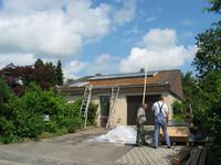 Am 26. Juni 2006 geht's weiter: Montage der Sonnenkollektoren durch Bruno Roth (Kirchlindach) auf abgedecktem Dach (Prinzipschema)